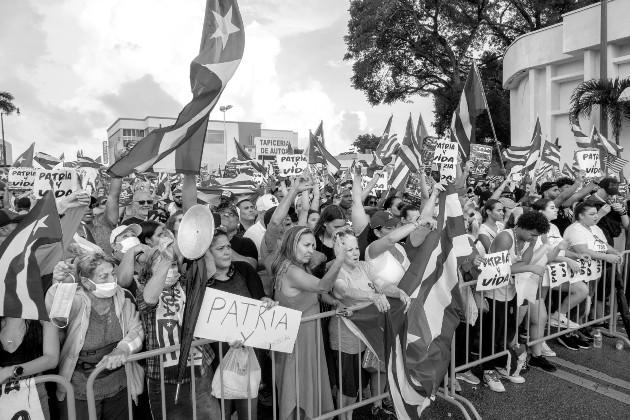 Exiliados cubanos en Miami, protestan contra el régimen cubano. Como en otras ocasiones, la revolución triunfará contra estas protestas y contra el Imperio instigador. Foto: EFE.