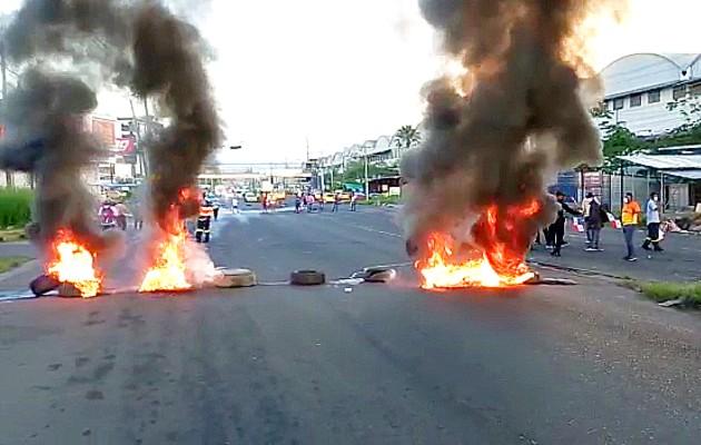 La entrada de Colón fue cerrada con llantas incendiadas para impedir el paso de vehículos. Foto: Diomedes Sánchez