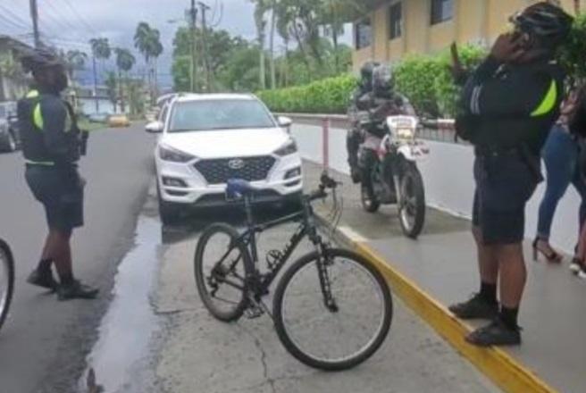 Al área llegaron policías ciclistas que iniciaron un operativo. Foto: Diómedes Sánchez