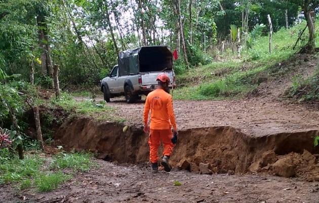 En los próximos días el Sinaproc le entregará al MOP el informe sobre la situación de la vía de tierra que conduce a la apartada comunidad de Vaquilla, provincia de Coclé. Foto: Cortesía Sinaproc