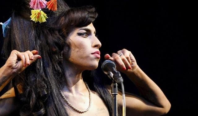 Amy Winehouse posa para los fotógrafos a su llegada a la ceremonia de entrega de los Brit Awards de 2007 en Londres. Foto: EFE / Daniel Deme