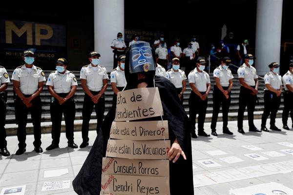Ciudadanos participan en una manifestación en Ciudad de Guatemala. Foto: EFE