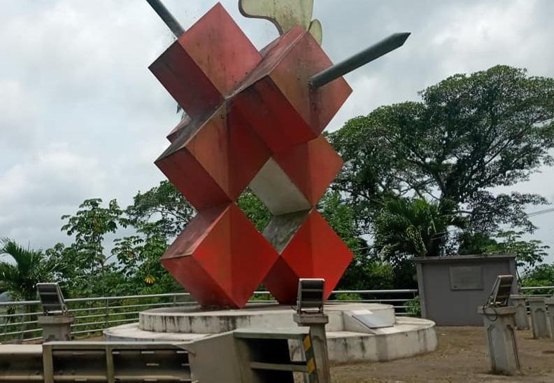 El monumento tiene limo, incluso telarañas en las esquinas y sin la iluminación. Foto: Diómedes Sánchez