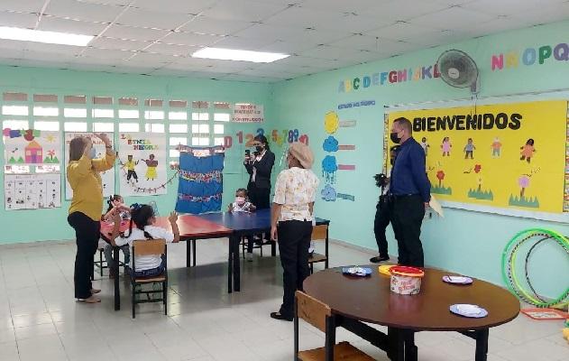 Unos 50 planteles educativos están a la espera de aprobación para iniciar clases de manera semipresencial. Foto: Eric Montenegro