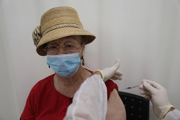 Israel ha comenzado a ofrecer una tercera inyección de la vacuna contra la covid-19 a personas mayores de 60 años. Foto: EFE