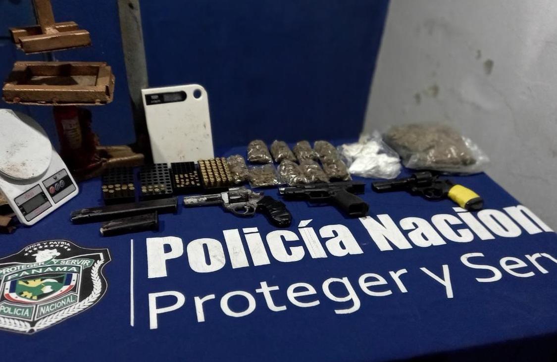 Las armas, drogas y otros artículos estaban ocultos en un lote baldío. Foto: José Vásquez