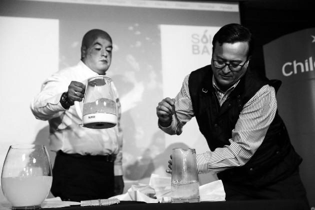 Roberto Astete y Cristian Olivares, emprendedores chilenos de la empresa Solubag, hacen una demostración de su creación, las bolsas