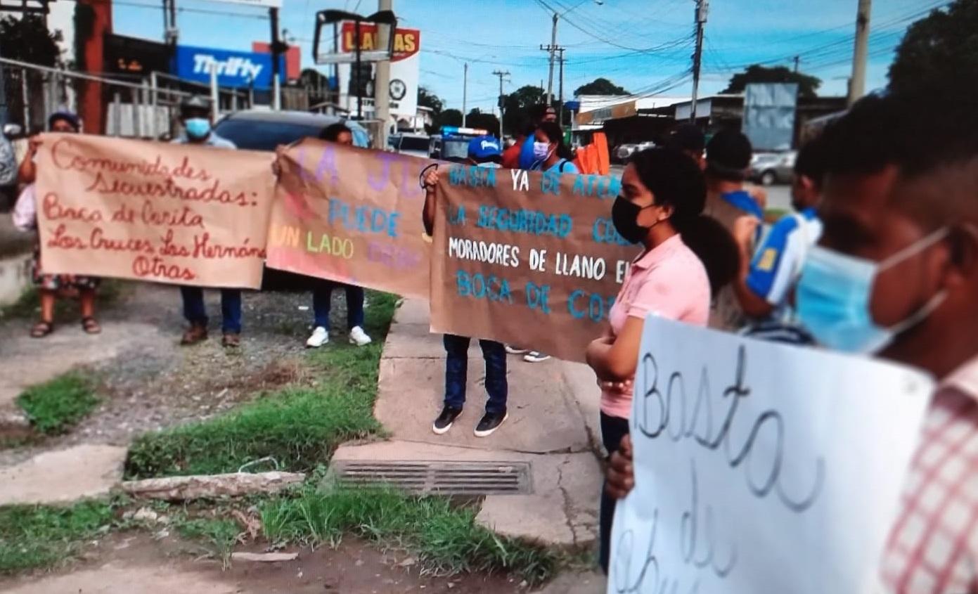 Las personas portaban pancartas donde decían que sus comunidades estaban