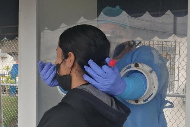 Personal de salud aplicó 12,477 pruebas nuevas para detectar la covid-19 en las últimas 24 horas, que arrojaron un porcentaje de positividad de 8.3%. Foto: Cortesía @CSSPanama