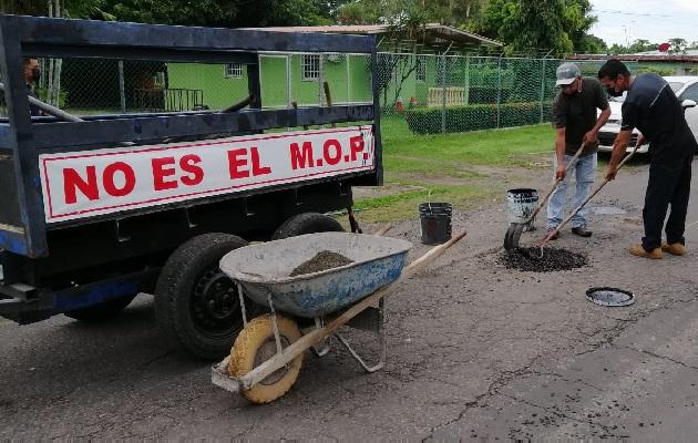 Las tareas de parcheo son realizadas por el personal de la junta comunal. Foto: Eric Montenegro