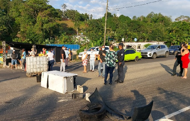 Los manifestantes de la comunidad de Limón, quieren agua potable 24 horas, como ocurre en otros sectores de la provincia. Foto: Diomedes Sánchez