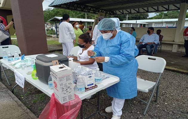 Este lunes llegó a la provincia de Chiriquí otro lote de vacunas de Pfizer y AstraZeneca las cuales serán utilizadas en la inmunización de personas pendientes de vacunas. Foto: José Vásquez