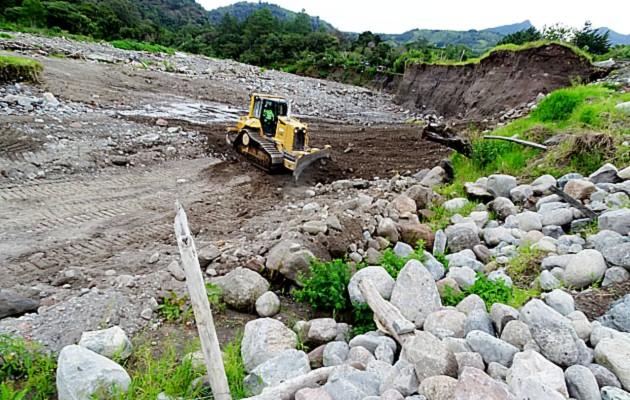 Los trabajos, hasta el momento, han logrado un avance en el dragado y desviación de las fuertes corrientes del caudaloso río Chiriquí Viejo. Foto: Mayra Madrid