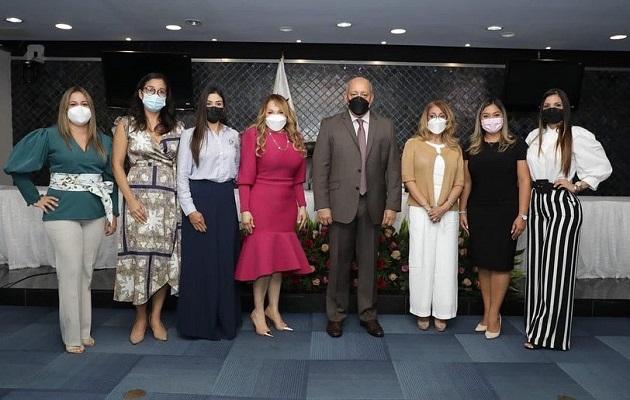 Margarita De León de Adames instó al resto de las esposas de diputados a proponer otros proyectos sociales. Foto: Cortesía Asamblea Nacional