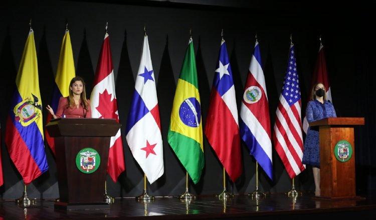 La canciller y la directora de Migración dan detalles de lo discutido en la reunión, con las banderas de los países participantes, al fondo. Foto: Cortesía Cancillería