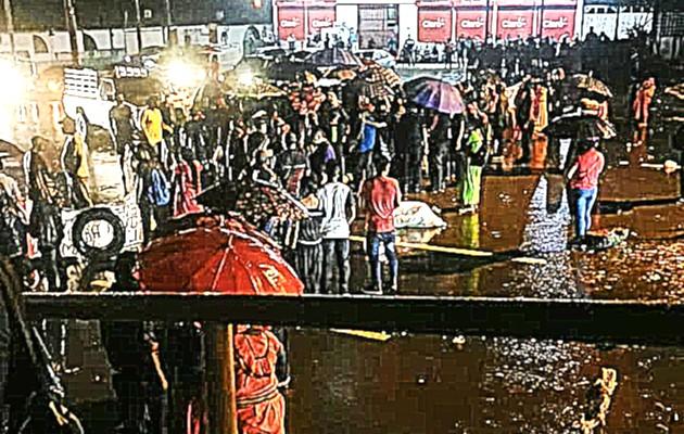 Los manifestantes se mantuvieron en la vía a pesar de las fuertes lluvias. Foto Mayra Madrid