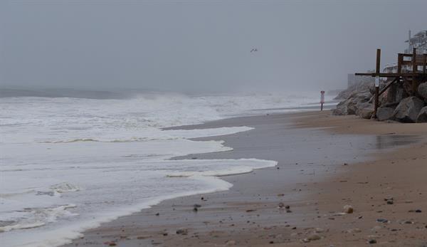 Vista general este domingo de la playa Misquamicut, antes de la llegada de la tormenta tropical Henri, en Westerly (Rhode Island, EE.UU.). Foto: EFE