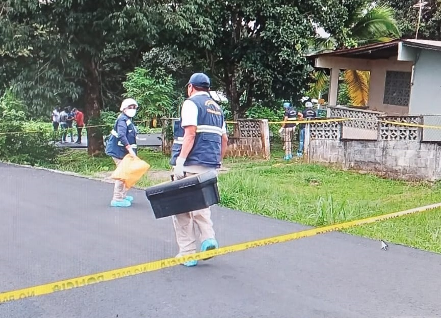 Peritos de Criminalística en la vivienda donde ocurrieron los hechos, localizada en calle Los Calabacitos. Foto: Eric A. Montenegro