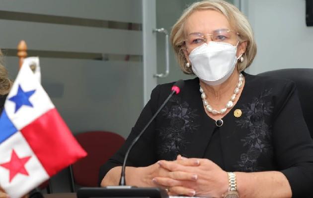 La rectora de la Unachi, Etelvina de Bonagas, sustentó el presupuesto de la entidad. Foto: Cortesía Asamblea Nacional