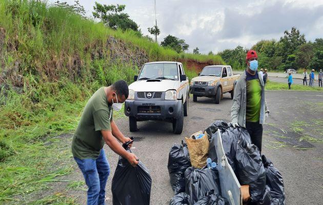 Dentro de las 200 toneladas de basura recogidas en la vía Interamericana, había muchas mascarillas usadas. Foto: Melquiades Vásquez