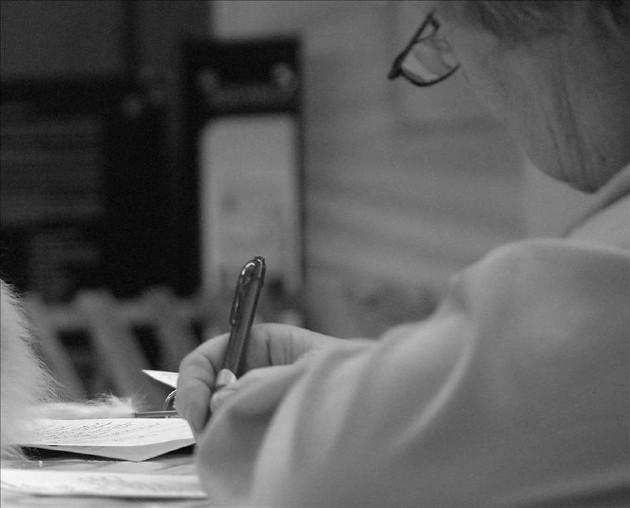 Debido a la pandemia de la COVID-19, que ha traído consigo, retos dentro del ámbito educacional. La alfabetización no solo se ha quedado en el aprendizaje de la lectura y/o escritura, también incluye la parte digital. Foto: EFE.