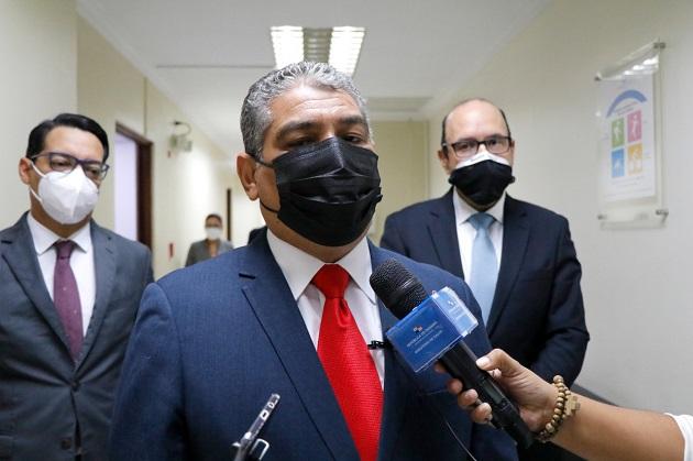 El ministro Luis Francisco Sucre reiteró a la población vacunarse contra la covid-19. Foto: Cortesía Minsa