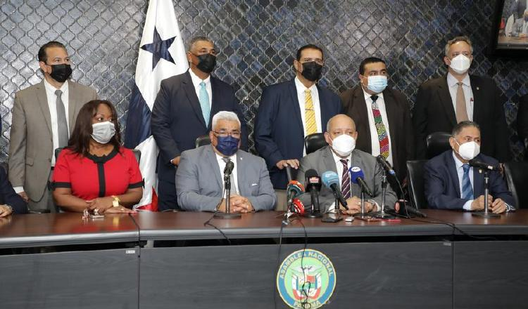 En la conferencia de prensa que brindó el presidente de la Asamblea, estuvieron presentes diputados del PRD, Molirena y CD. Foto: Cortesía