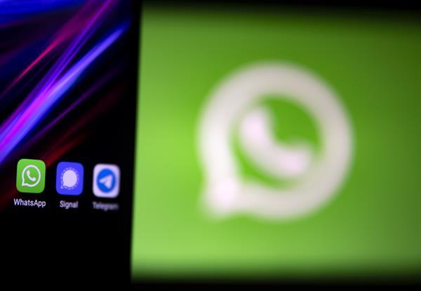 WhatsApp, que fue adquirida por Facebook en 2014, cuenta con 2.000 millones de usuarios en todo el mundo, lo que la convierte en la plataforma de mensajería por internet más usada. EFE