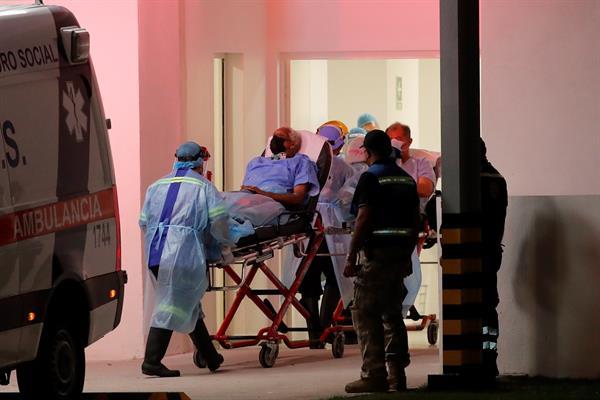 Un paciente es trasladado a un hospital en la Ciudad de Panamá. Foto: EFE