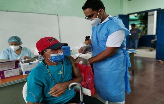 Para este fin de semana se habilitaron tres puestos de vacunación contra la covid-19 en Herrera. Foto: Thays Domínguez