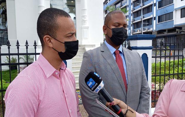 Félix Moulanier y el abogado Aubrey Oliver Dawking. Foto: Víctor Arosemena