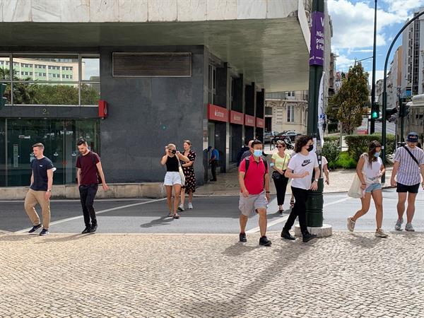 Los portugueses no están obligados a usar mascarilla en la calle desde este lunes. EFE
