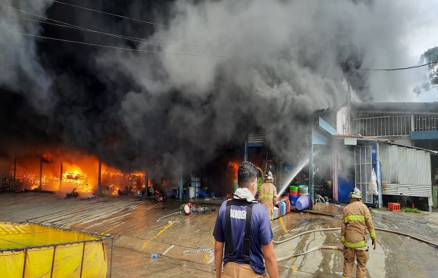 Los bomberos de Veraguas, Coclé y Herrera trabajaron más de tres horas para sofocar el fuego. Foto: Melquiades Vásquez