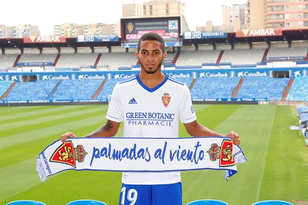 César Yanis, posa durante su presentación como nuevo jugador del Real Zaragoza. Foto: EFE