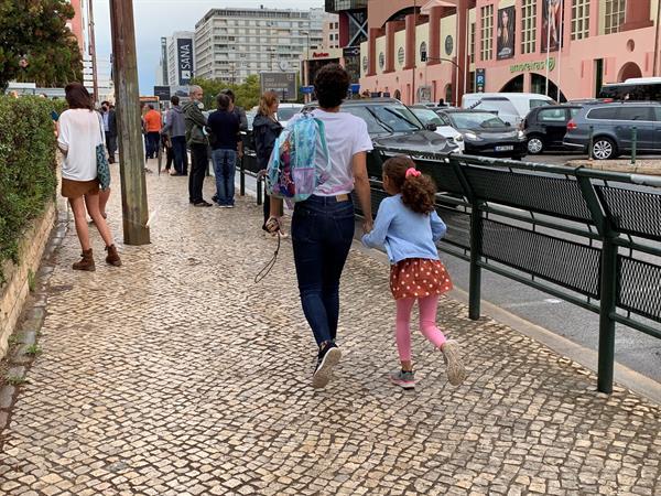En Lisboa la vuelta al cole ha amanecido lluviosa y los paraguas y chubasqueros han sido la norma en las puertas de los colegios. Foto: EFE