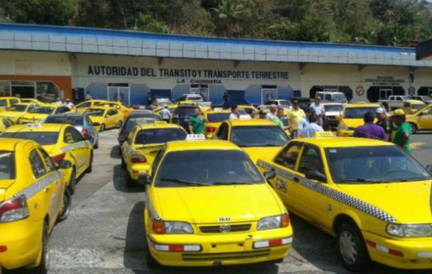 Los taxistas se quejan que hay muchos taxis circulando y poca población aborda este tipo de transporte. Foto: Grupo Epasa