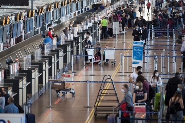 El cambio en la medida fronteriza permitirá también a chilenos y extranjeros residentes a salir del país,. Foto: EFE