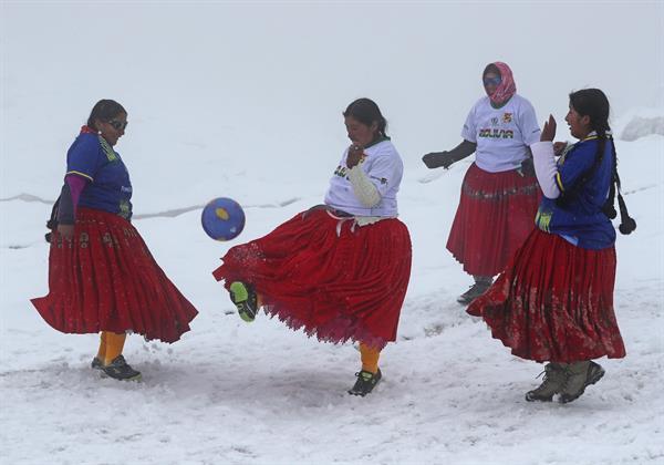 Varias mujeres aimaras, conocidas como las cholitas escaladoras