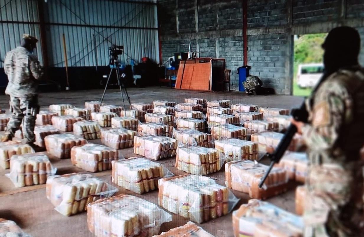 El cargamento de droga fue trasladado este domingo a la sede del Senana en Santiago.  Foto. Melquiades Vásquez.