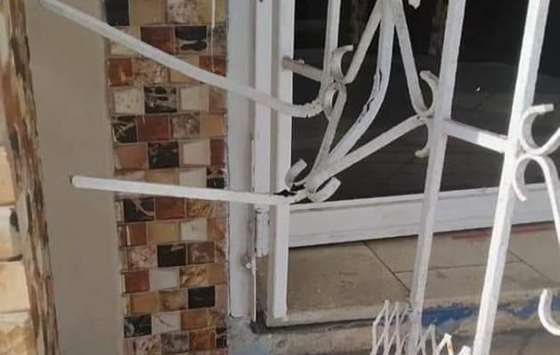 Los feligreses aseguran que los delincuentes violentaron la puerta de hierro de la entrada principal. Foto Diomedes Sánchez.