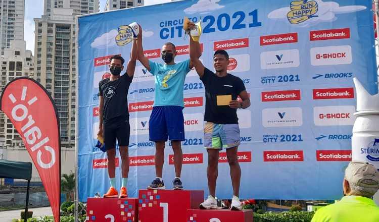 César Jurado ganó categoría para corredores de  30 a 39 años de edad. Josepth Coronado y Carlos Cañizales, llegaron después. Foto: Cortesía