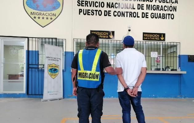 Colombiano aprehendido por supuesto tráfico ilícito de migrantes tráfico ilícito por el puesto de control de Milla 21. Foto: Cortesía Migración Panamá