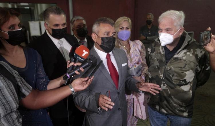 El jurista Sidney Sittón, junto al expresidente Ricardo Martinelli y otros miembros del equipo de defensa, a la salida ayer del juicio. Foto: Víctor Arosemena