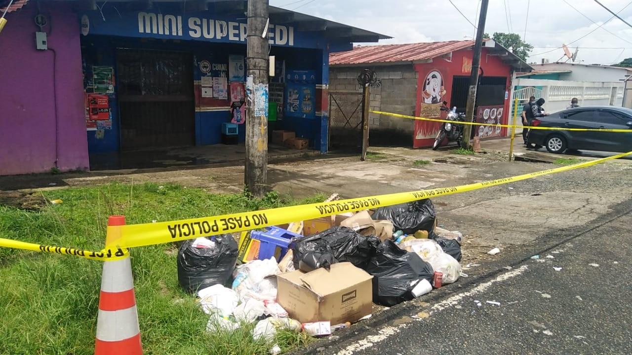 Funcionarios del Ministerio Público llegaron al lugar para hacer el levantamiento del cadáver e iniciar las investigaciones de este homicidio. Foto: Diomedes Sánchez