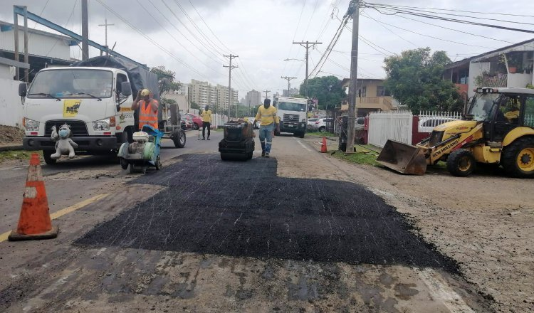 Los fondos para tapar los huecos y rehabilitar vías deterioradas, alcanzaron para calle 16 Río Abajo que se encontraba en estado crítico. Foto: Cortesía