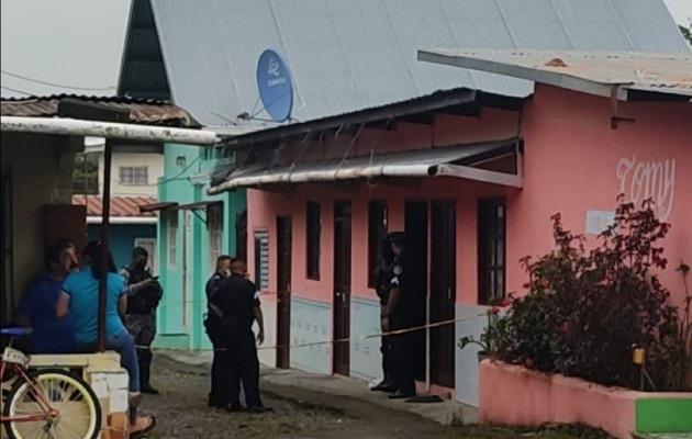 Los presuntos delincuentes, dos hombres y una mujer ingresaron al local armados. Foto: Mayra Madrid