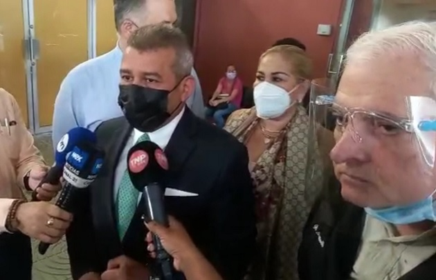 El abogado Sidney Sittón da declaraciones a la prensa hoy en el Sistema Penal Acusatorio de Plaza Ágora.