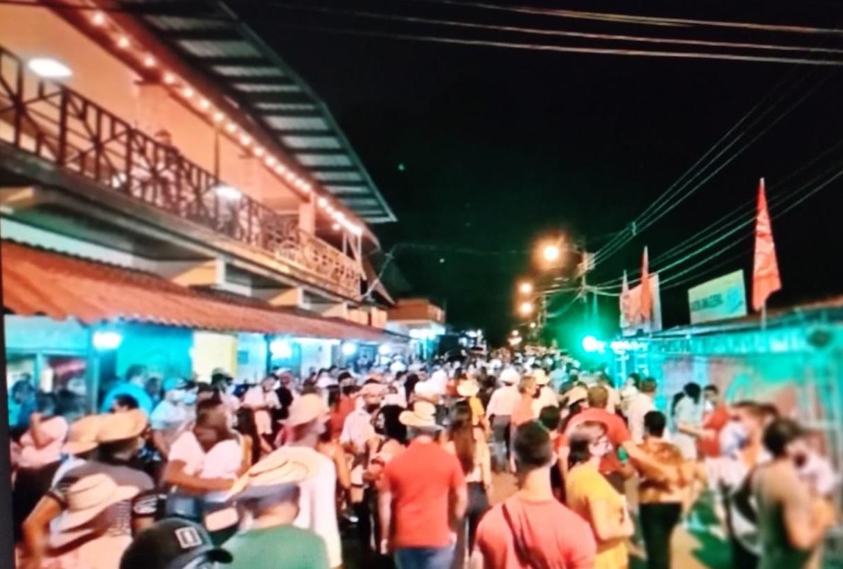 Las personas se aglomeraron en las calles de Guararé. Foto: Thays Domínguez
