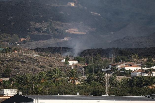 Imagen hoy de la colada de lava expulsada por el volcán de Cumbre Vieja de La Palma por encima del pueblo palmeño de Todoque. Foto: EFE