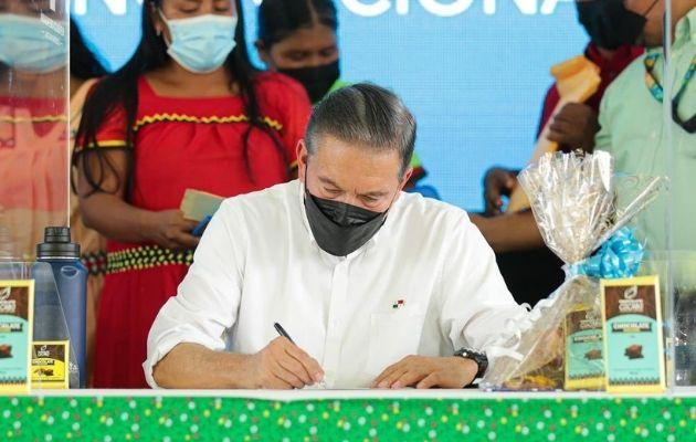 El presidente Laurentino Cortizo sancionó ley que establece medidas para incentivar la producción de cacao.